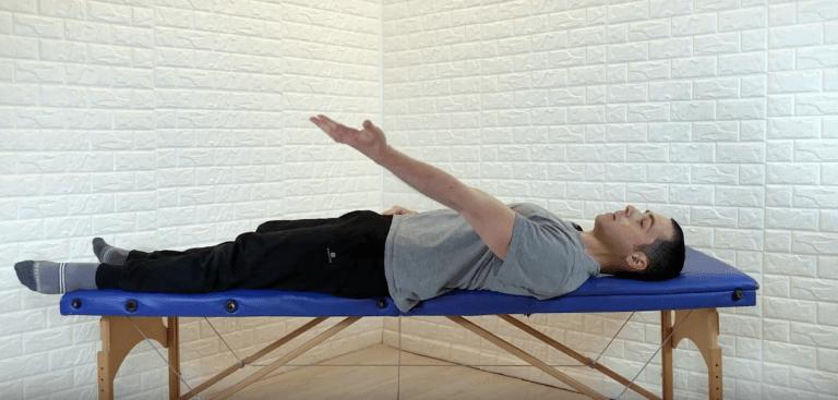 Marcello Chiapponi esegue un esercizio per la spalla, sdraiato sul lettino