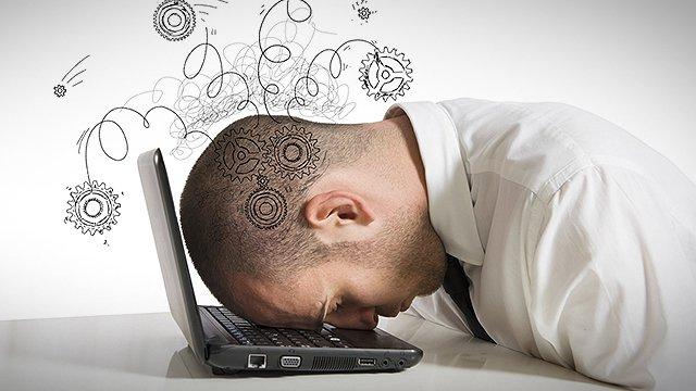 Persona molto stressata con il capo appoggiato sul portatile
