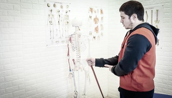 Alessandro Mainente mostra un esercizio per il gomito